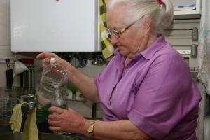 Für ihre Touren füllt sie sich Wasser in Flaschen ab.
