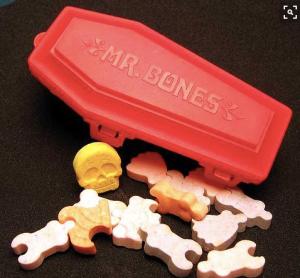 So ähnlich sahen die Zucker-Gerippe im Plastiksarg meiner Kindheit aus.