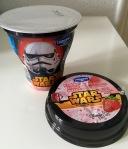 Star Wars Milchmischgetränk Erdbeere von Danone mit Strohhalm im Becherdeckel.
