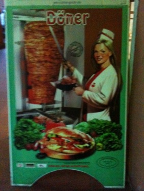 Dieses schöne Plakat mit einer Döner-Frau lockte im italienischen Rimmini Besucher an.