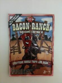 """Salatsaucenpulver """"Bacon-Ranch"""" mit Schinkengeschmack. Ich fand es furchtbar, weil viel zu salzig und intensiv."""