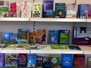 Und selbstverständlich gibt es auch eine Auswahl von Büchern im Eine-Welt-Laden auf Langeoog.