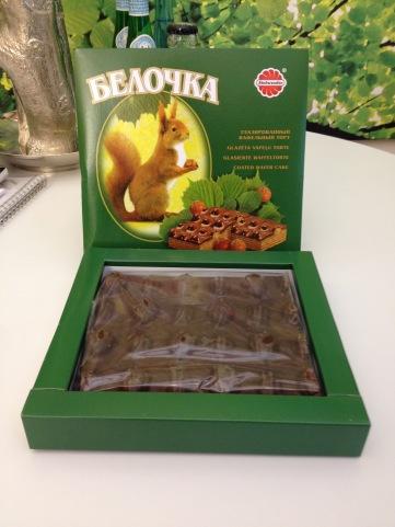 Schokolierte Waffeln im Stück mit Haselnüssen und lustigem Eichhörnchen auf der Verpackung.