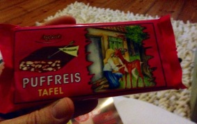 Puffreis-Schokolade von Agenta im abschreckenden Verpackungsdesign im Stil des sozialistischen Realismus.