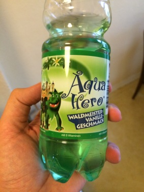 Wasser mit Waldmeistergeschmack - speziell für Kinder. Künstlicher kann man Durst nicht löschen.