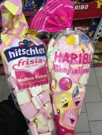 """Hier haben wir den Klassiker in Rosa und Geld: Marshmallow-Quadrate mit Vanille- und Erdbeergeschmack. Einmal """"Mallow Cubes"""" von hitschler/Frisia und """"Chamallows"""" von Haribo."""