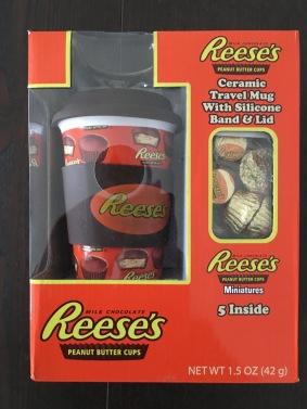 Hochwertiges Gebinde aus Reeses-Erdnusskonfekt und einem Kaffeebecher für unterwegs. Hübsch verpackt, allerdings erweckt der Karton deutlich mehr Inhalt.