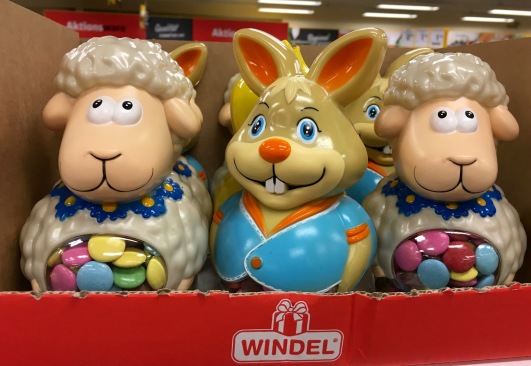 Österliche Schokolinsen von Windel in saisonal angepassten fröhlichen Comicfigurenbehältern.