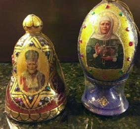 Russischer Honig in hölzernen, bunt bemalten und Heiligenbildern beklebten Koniferen mit Glasperlenschmuckbesatz.