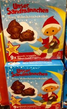 Unser Sandmännchen Feine Vollmilchschokolade: Mal eine abweichende Variante der Darreichung ist die Zusammenstellung von 9 Schokoladen-Figuren in einem nett gestalteten Karton á 100 Gramm. Lizenznehmer ist IFC - International Food Cooperation Germany, Berlin