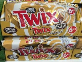 Twix-Großpackung mit Cappucino. Ich fange dann doch lieber mal mit einem Riegel an.