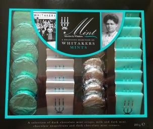 Wunderschön verpackte Minzplätzchen von Whitakers in der Geschenkbox: Dark Chocolate Mint crisps, Milk and Dark Mint, Chocolate Neapolitans und Dark Chocolate Mint Cremes.