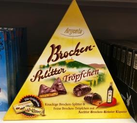 Brocken-Splitter und Tröpfchen von Argenta. Hier hat man zwar Mut zu einer ungewöhnlichen Verpackungsform als Pyramide bewiesen, aber das Dekor ist unterirdisch.