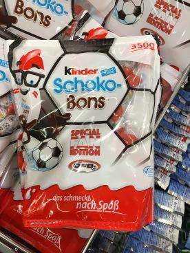 Kinder Schoko-Bons, Fußall-Edition in rot-weiß, aber ohne expliziten Österreich-Bezug, aber dafür mit echter EM-Lizenz.