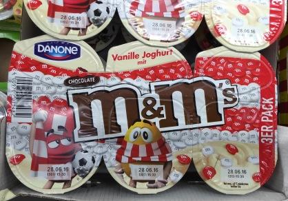 Danone M+Ms (Mars) Vanille Joghurt in rot-weiß zur EM. Hier deutet nur ein Fan-Schal am Maskottchen auf einen Fußballbezug hin.