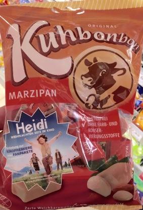 Kuhflecken mit Werbung für Heidi-Film.
