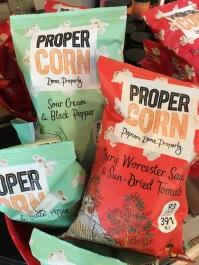Pop: Propercorn der Sorten Sour Cream & Black Pepper sowie feuriger Worcester Sauce und Sun-dried Tomato gibt es jetzt sogar schon im Kochhaus.
