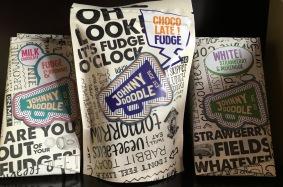 Schokoladen-Fudge von Johnny Doodle in einer zeitgemäß gestalteten Tüte mit großflächiger Beschriftung.