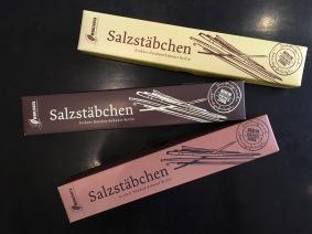 Salzstäbchen von Wohlfahrt Berlin haben nichts mit Salzstangen zu tun. Vielmehr sind diese Schokolade in Stäbchenform mit Meersalz verfeinert.