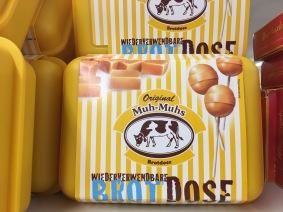Original Muh-Muhs-Brotdose, gefüllt mit Karamelllutschern.