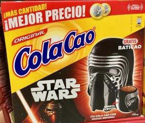 Merchandising: Kakaopulver der Marke ColaCao in einer Großpackung mit Star Wars-Aufdruck (Spanien). Den Becher (oder die Maske) kann man wohl irgendwie bestellen - leider kann ich kein Spanisch...