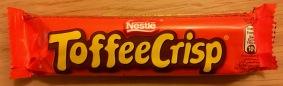 Nestles Toffee Crisp sind recht unspektakuläre, knusprige Riegel aus mehreren dünnen Waffel- und Karamell-Schichten in Schokoladenüberzug gehüllt. Isst sich schnell weg...