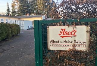 Einfahrt zum Aseli-Fabrikverkauf.