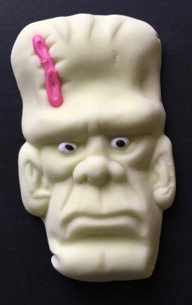 Große Frankenstein-Figur von Aseli aus grünem Marshmalllow mit natürlichem Waldmeister-Aroma, zweifarbigen Augen und einer roten Narbe.