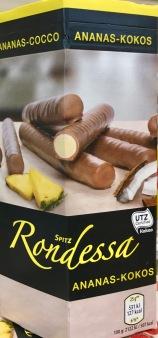 """Das gehört in die Kategorie """"Leicht fies"""": Schokolade mit Ananas-Kokos-Füllung, gefunden bei Hofer, dem österreichischen Aldi."""