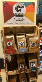 """Auch der kleine Hersteller von Kako mit Guarana """"Koawach"""" leistet sich kleine Mini-Aufsteller in Holzkisten-Optik."""
