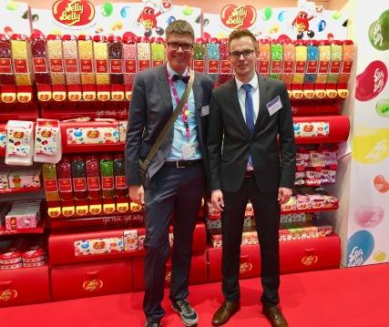Frederik Luzki mit dem Autor (links) am Stand von Jelly Belly Beans auf der ISM in Köln 2017.