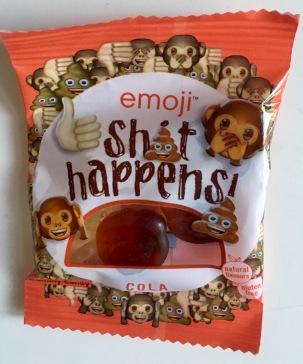 """Emojis sind die kleinen Bilder, die Gefühle ausdrücken und die aus mehreren Satzzeichen zusammen gesetzten Emoticons abgelöst haben. Beliebte Emois sind das Äffchen, das sich die Augen zuhält, der eine Träne vor Lachen weinende Smiley, Daumen hoch und """"Shit happens"""". Ich habe eben letzteres aus Weingummi als Sample vom Stand des deutschen Herstellers Ragolds GmbH aus Boitzenburg bekommen."""