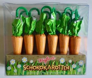 Küfferle aus Österreich ist für zwei Sachen berühmt: Für die Katzenzungen und die Schoko-Schirmchen. Dieses Jahr zu Ostern gibt es eine Besonderheit: Karotten-Schirmchen! Auch wenn sich hier nur die VErpackung verändert hat (die Schokolade ist ohne Karottengeschmack) ist das eine niedliche Idee und noch dazu sehr schön gestalterisch umgesetzt. Mein aus Österreich stammender Freund konnte gar nicht warten und hat schon im Flugzeug eine Karotte am Stil verschlungen.