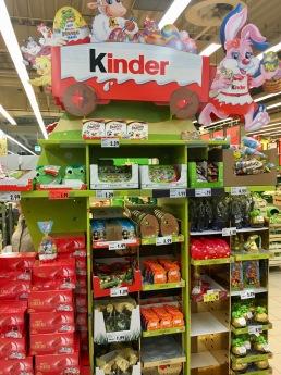 Überbordende Zweitplatzierung von Ferrero/Kinder zu Ostern. Auffällig sind die hohen Pappaufbauten.