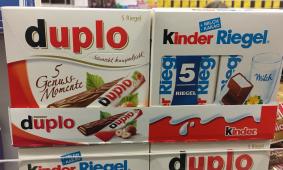 Größere Gebinde: Coca Cola ist es gelungen, neue Absatzrekorde mittels der 4er-Dosengebinde zu erzielen. Auch Wrighleys, Mentos und TicTac sind dazu übergegangen, den Kunden größere Packungen (zu teilweise überraschend hohen) Preisen zu verkaufen. Jetzt probiert Ferrero das auch im Schokoladenriegel-Markt und platziert 5er-Gebinde von Duplo und KinderRiegel in den Kassenzonen der Suppermärkte. Wird es den Abverkauf beflügeln?