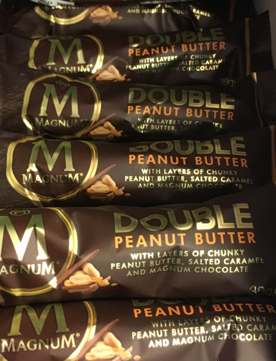Brand Extension, die zweite: Nach der Magnum-Tafelschokolade gibt es jetzt den Magnum-Schokoriegel an der Supermarktkasse.