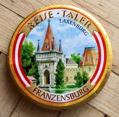 Sehr beliebt in Österreich: Reisetaler von Gossy: Die Vorderseite dieser Schokokekstaler trägt ein touristisches als da beispielsweise wären: Kaiser Franz-Josef, Kaiserin Sisi, die Franzenburg und so weiter.