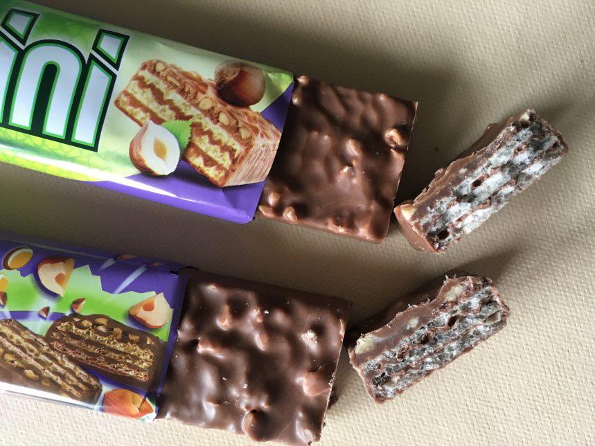 Neues (oben) und altes Nussini im Anschnitt: Das alte enthält anteilig mehr Haselnussstückchen, was man meiner Meinung nach auch sehen kann. Beim neuen dominiert die Waffel den Geschmack, nicht so sehr die vollmundige Schokolade. Es ist wirklich zu traurig... :-(