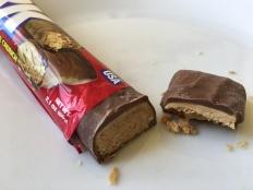 Clark Bar ist der Ersatz für den karamell-Riegel Butterfinger, der aufgrund eines kuriosen Lizenzrechts-Deals in Deutschland nicht mehr verkauft werden darf. Der Riegel ist recht bröckelig mit einer Erdnussbutter-Füllung unterhalb einer Karamellschicht.