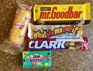 Meine bescheidene Ausbeute an US-Süßigkeiten, die ich noch nicht probiert habe und einfach kaufen musste. Die Riegel kosten Stück 1,49€, das einzelne Twinkie 0,65€, Frucht-Marshmallows von Little Becky (nicht im Bild) 2,79€, die Dose A&W Vanilla Rootbeer 1,50€ (gekühlt!) und die Jaw Busters 1,49€.