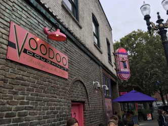 Neben dieser ersten Voodoo Douhgnuts-Bäckerei, die 2003 in der Innenstadt von Portland eröffnete, gibt es noch 5 weitere Verkaufsstellen.